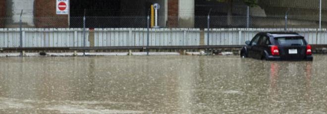 Une voiture dans une inondation.