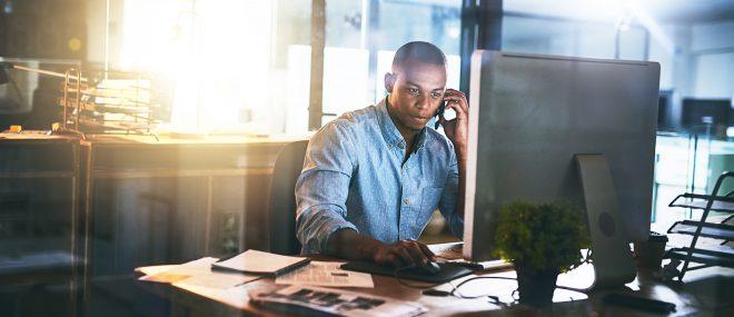 Une personne devant un ordinateur.