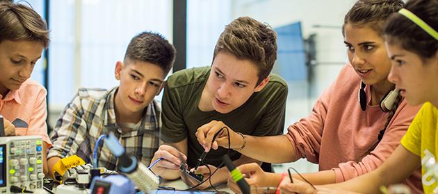 Un groupe d'enfants apprennent à travailler ensemble.