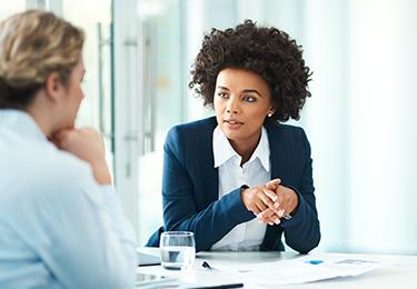 Une professionnelle juridique discute avec une cliente.