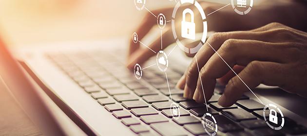 Une personne tapa sur un clavier avec en surimpression des images de cadenas.