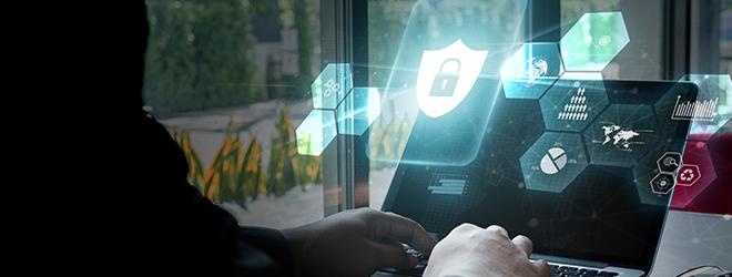 Une personne à l'ordinateur et l'image en 3D d'un cadenas pour illustrer la cybersécurité.