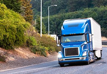 Un camion sur une route sinueuse.