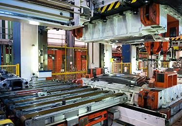 Machines de production inactives dans une usine de fabrication.