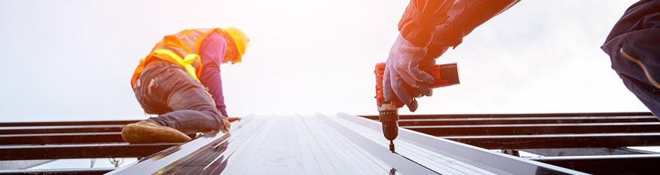 Un entrepreneur sur le toit d'un bâtiment.