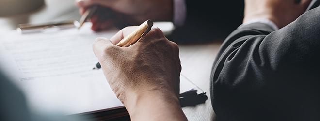 Une personne signe un document de garantie.