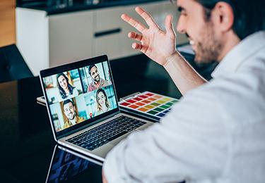 Consultant consommateur sur ordinateur