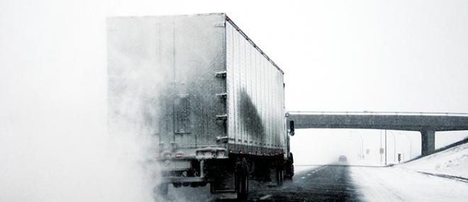 Camion sur une route enneigée