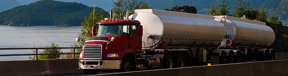 Un camion-citerne sur la route.