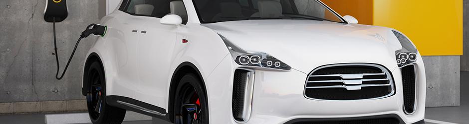 Voiture électrique blanche garée et branchée sur une prise à l'intérieur d'un garage.