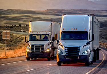 Deux camions sur une autoroute.