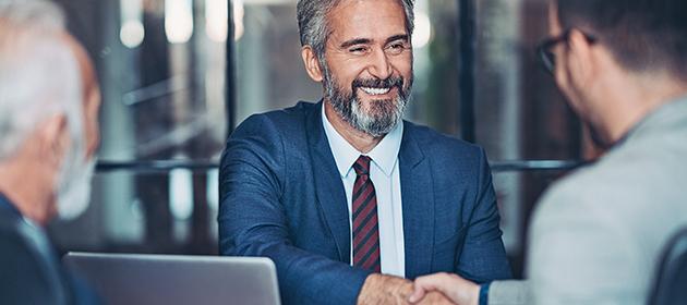 Un courtier serrant la main d'un client.