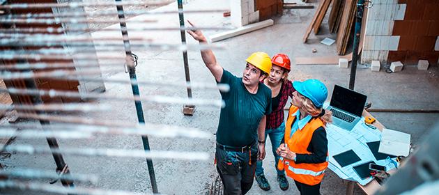Un membre de l'équipe de prévention évalue les risques sur un chantier de construction.