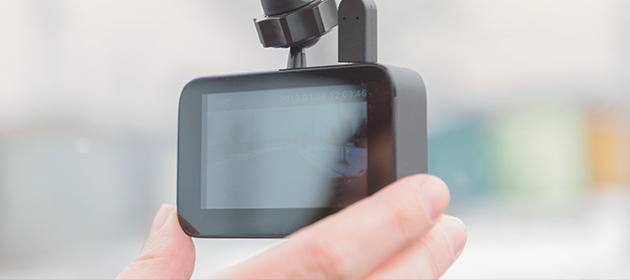 Une personne qui ajuste sa caméra de bord.